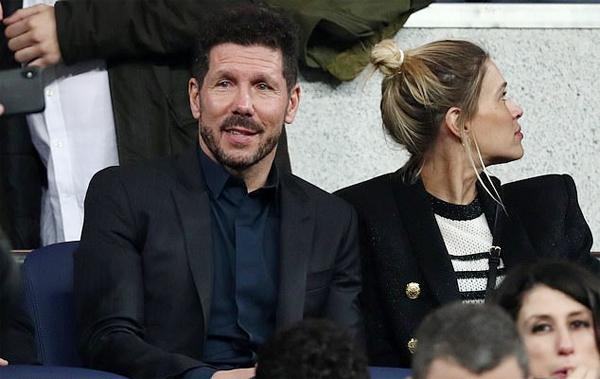 HLV của Atletico Madrid, Diego Simeone, đi cùng bạn gái trẻ tới sân Bernabeu. Cựu danh thủ Argentina từng có thời gian dẫn dắt River Plate.