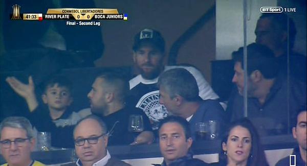 Máy quay truyền hình cũng chú ý tới sự có mặt của Messi trên khán đài sân Bernabeu.