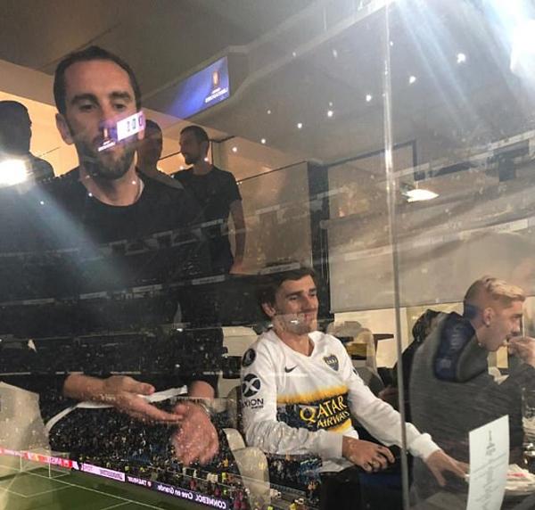 Antoine Griezmann, ngôi sao của Atletico Madrid, đội bóng đối địch cùng thành phố của Real,cũng không bỏ lỡ cơ hội xem cuộc so tài đỉnh cao của hai đội bóng lừng danh khu vực nam Mỹ. Tiền đạongười Pháp cũng ngồi ở khu vực VIPtrong một phòng riêng.