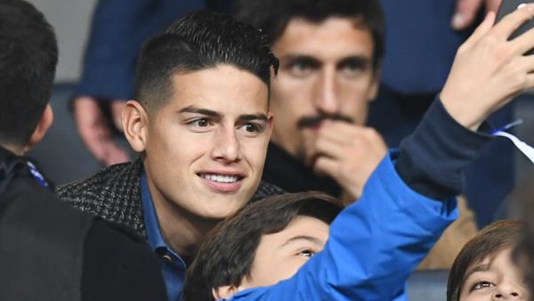 Ngôi sao điển trai người Colombia vui vẻ selfie với fan. James Rodriguez đang chơi bóng tại Đức trong màu áo Bayern Munich.