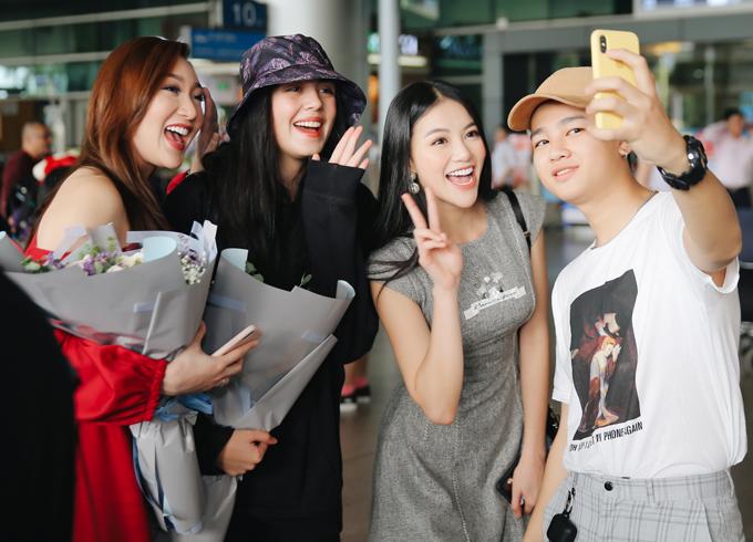 Ngoài đời cả ba đều rất thân thiện, xì tin. Họ vui vẻ chụp ảnh cùng một người bạn của Phương Khánh.