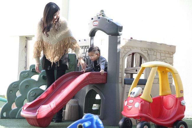 Con gái khiếm thính của Á hậu Hong Kong bình phục sau cấy ốc tai điện tử - 8