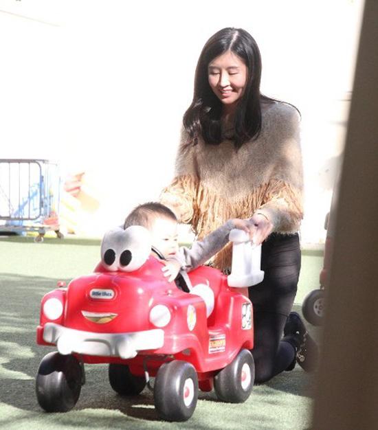 Triệu Triết Dư khi tham gia cuộc thi Hoa hậu Trung Quốc. Cô từng giành giải nhất tại cuộc thi Hoa hậu Trung Quốc khu vực Hong Kong, sau đó đoạt ngôi Á hậu tại cuộc thi Hoa hậu Trung Quốc 2010. Sau đăng quang, người đẹp gây chú ý với các cuộc tình cùng đại gia.