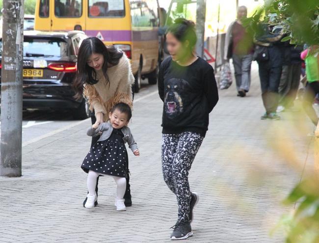 Triệu Triết Dư tiết lộ, con gái cô do thính lực yếu nên nói chậm hơn các bạn. Để bù đắp sự thiếu sót cho con gái, Á hậu Hong Kong chi mỗi tháng hàng trăm nghìn HKD cho con đi phục hồi chức năng, giúp bé bổ sung ngôn ngữ, dần dần lấp đầy các thiếu sót bẩm sinh.