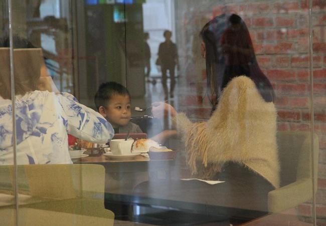 Triết Dư đưa công chúa nhỏ vào một nhà hàng và nhẫn nại đút từng thìa cơm cho con gái. Hiện tại, ngoài vai trò diễn viên, Á hậu Hong Kong thử sức với vai trò ca sĩ, cô hy vọng kiếm thêm tiền cho con và trang trải cuộc sống.