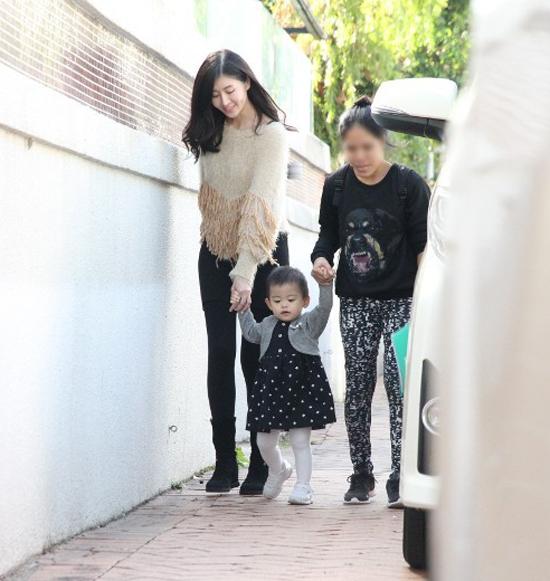 Con gái khiếm thính của Á hậu Hong Kong bình phục sau cấy ốc tai điện tử - 1