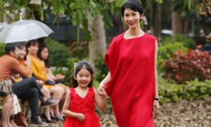 Con gái siêu mẫu Xuân Lan diện váy đỏ của Rabity cùng mẹ catwalk