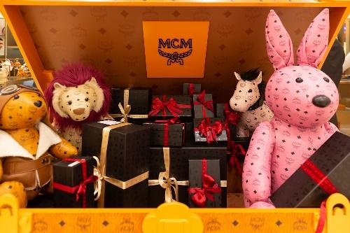 Hình ảnh chiếc Rương khổng lồ MCM được lấy cảm hứng từ chiếc vali đựng hành lý đầu tiên vào năm 1976 - thời điểm thành lập thương hiệu, qua đó phản ánh sự cổ điển, trang nhã và thanh lịch.