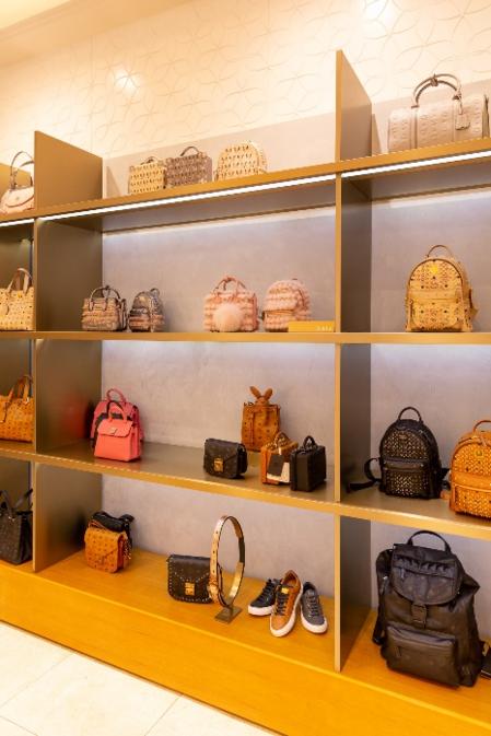 Đại diện thương hiệu cho biếtMCM thu hút nhiều giới trẻ Việt nhờ việc trẻ hóa các xu hướng lẫn thiết kế trong từng bộ sưu tập.Hãnghướng đến sự đa dạng, tiện dụng, thời trang phù hợp với cuộc sống năng động hiện đại.
