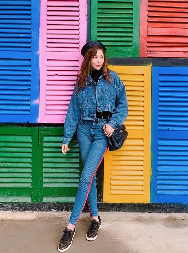 Quỳnh Thư với cách phối đồ đơn giản nhưng không kém phần thu hút bởi sử trẻ trung, khỏe khoắn. Jeans và denim là các kiểu trang phục khó lỗi mốt. Giữ nhiều trào lưu thịnh hành, chúng vẫn có chỗ đứng riêng và chiếm được cảm tình của phái đẹp.