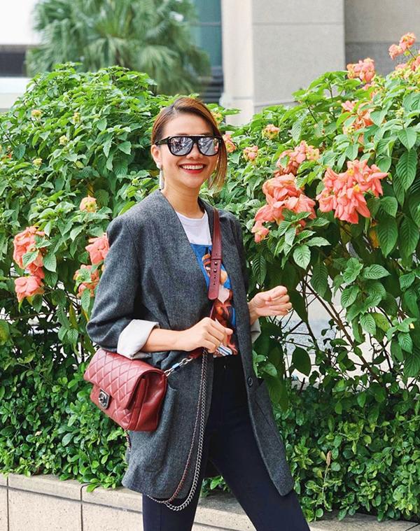 Đi làm vào những ngày trời se lạnh hay ẩm ướt, các cô nàng yêu sự đơn giản có thể diện blazer cùng áo thun và quần jeans như Thanh Hằng.