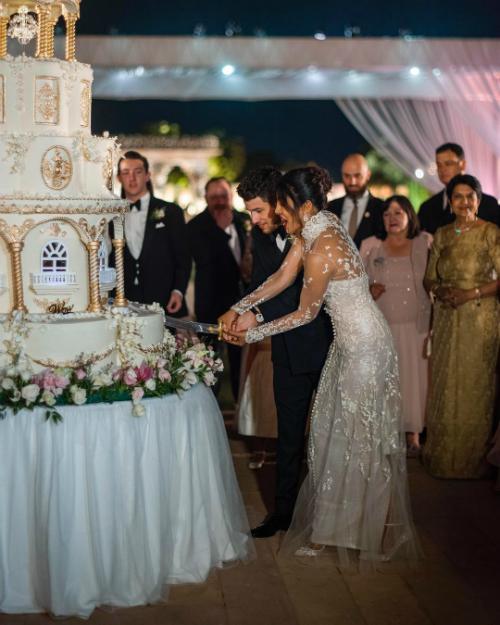 Cả cô dâu và chú rể đều diện thiết kế của Ralph Lauren cho dịp trọng đại này. Ảnh: Instagram