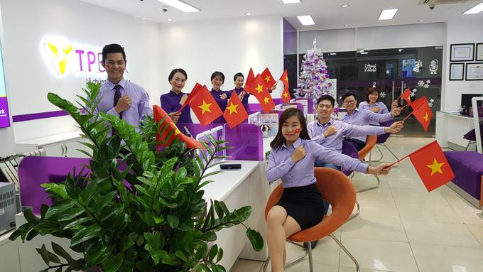Các nhân viên xinh đẹp, đáng yêu của TPBank sẽ trao quà cho khách hàng tới giao dịch.