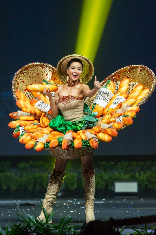 HHen Niê gặp sự cố sát giờ trình diễn trang phục Bánh mì - 3