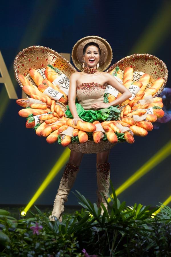 HHen Niê gặp sự cố sát giờ trình diễn trang phục Bánh mì - 2