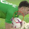 Đặng Văn Lâm lộ dây chuyền bị cấm đeo khi thi đấu
