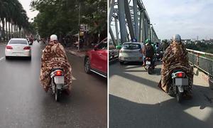 Nam thanh niên quấn chăn chạy xe máy trên đường Hà Nội