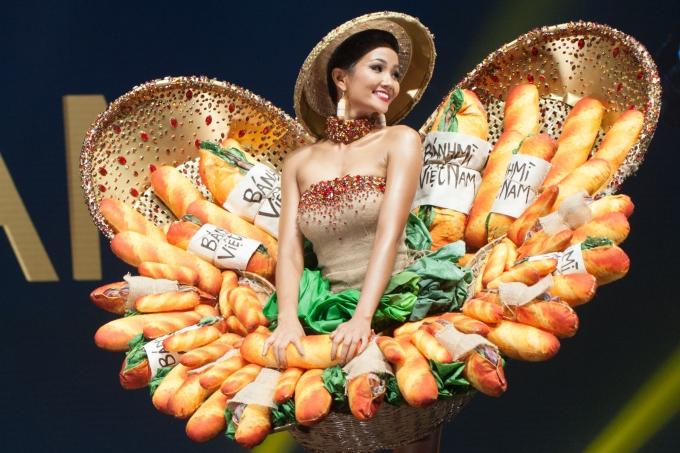 HHen Niê gặp sự cố sát giờ trình diễn trang phục Bánh mì - 6