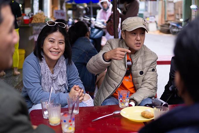 Đạo diễn Park Hee Jun (phải) và nhà sản xuất Hạnh Nhân trong một buổi họp mặt của đoàn phim Thiên đường.