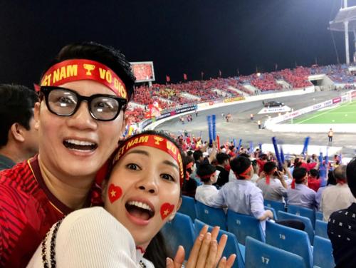 Vợ chồng ca sĩ Hoàng Bách cổ vũ Đội tuyển Việt Nam.