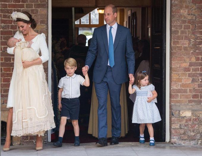 Vợ chồng Kate - William cùng ba con ở lễ rửa tội của Hoàng tử Louis hôm 9/7. Ảnh: UK Press.