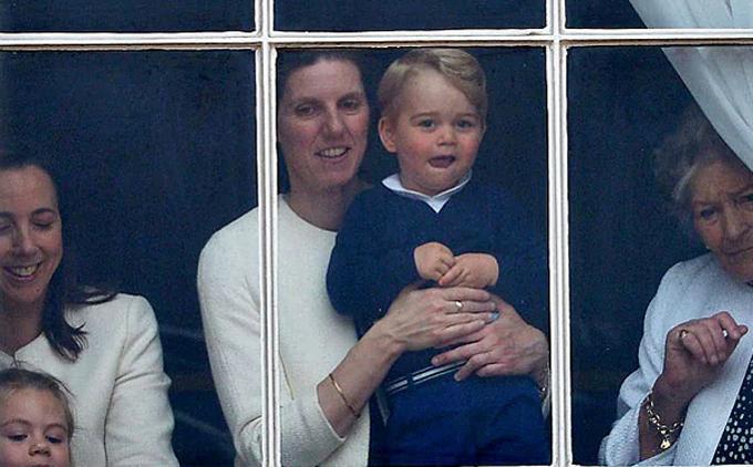 Hoàng tử George được chăm sóc bởi vú nuôi Maria Borrallo ở Điện Buckingham. Ảnh: UK Press.