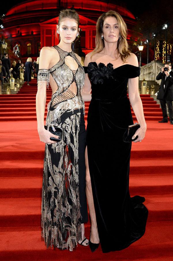 Cindy Crawford và cô con gái Kaia Gerber khoe dáng trên thảm đỏ The Fashion Awards 2018 tại Royal Albert Hall, London. Trong khi siêu mẫu 52 tuổi thanh lịch với đầm nhung, con gái tuổi teen của cô diện váy ren cắt xẻ táo bạo.