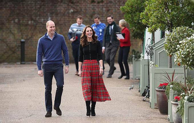William - Kate cùng các thư ký riêng dự tiệc Giáng sinh sớm ở Điện Kensington sáng 4/12. Ảnh: UK Press.