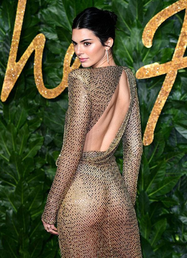 Kendall gợi cảm trong bộ đầm xuyên thấu.