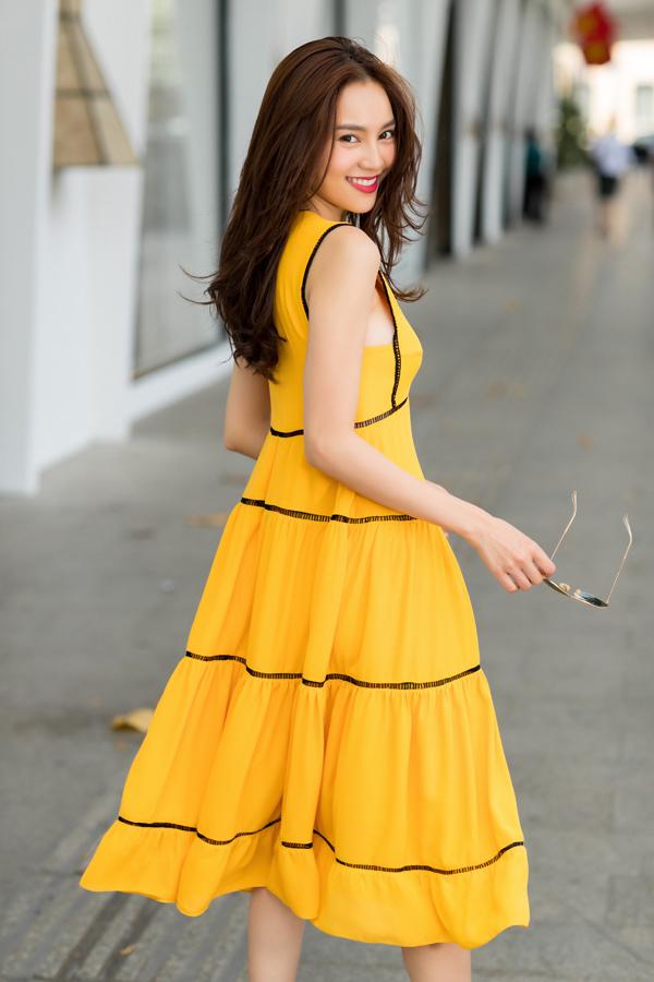 Váy sát nách tông màu nổi bật phù hợp với các bạn gái có bờ vai thon và làn da trắng sáng.
