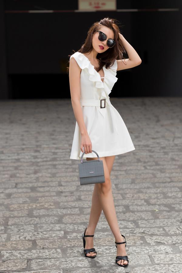 Váy đơn sắc được thêm nhiều chi tiết như trang trí bèo nhún, xẻ ngực chữ V, đai lưng vải để tăng sức hút.