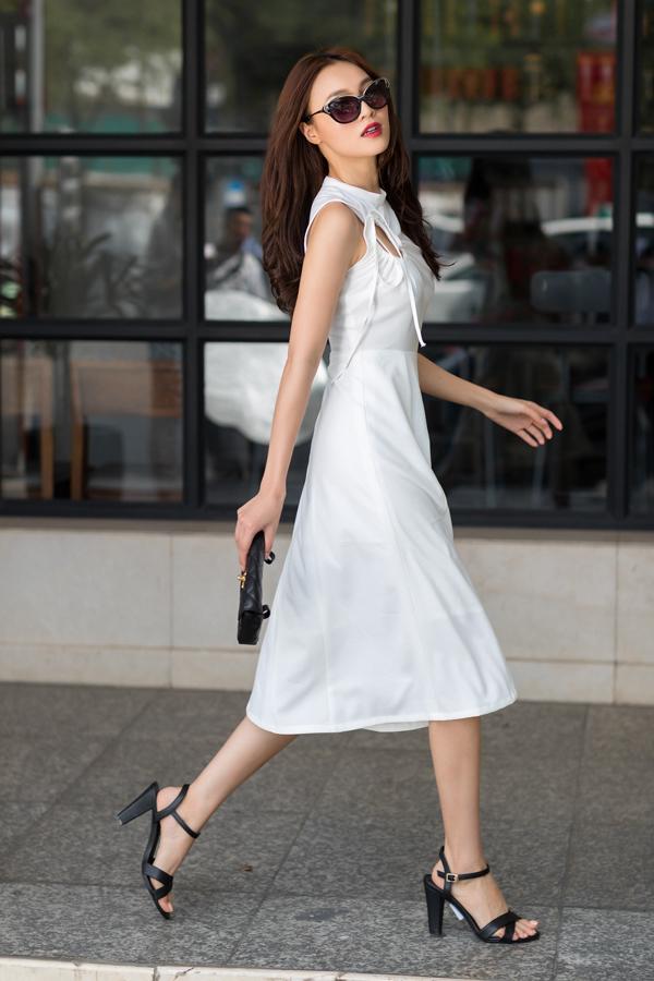 Nữ diễn viên cuốn hút với hình ảnh thanh lịch trong các mẫu váy hiện đại, phù hợp với chị em công sở yêu thời trang và thích thể hiện sự sành điệu cùng xu hướng mới.
