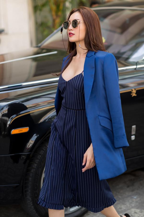 Blazer xanh dương được kết hợp cùng váy hai dây kẻ sọc