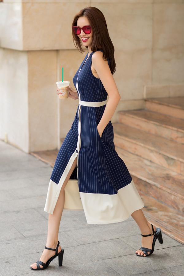 Chất liệu vải kẻ sọc trẻ trung còn được sử dụng để mang tới mẫu váy gài nút vừa thanh lịch vừa sexy. Đây cũng là mẫu trang phục dễ sử dụng đến công sở.