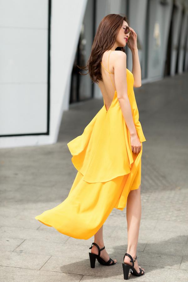 Váy hai dây khoe trọn lưng trần bởi phần cut-out đẹp mắt đi cùng chi tiết dây đan và xếp tầng bay bổng.
