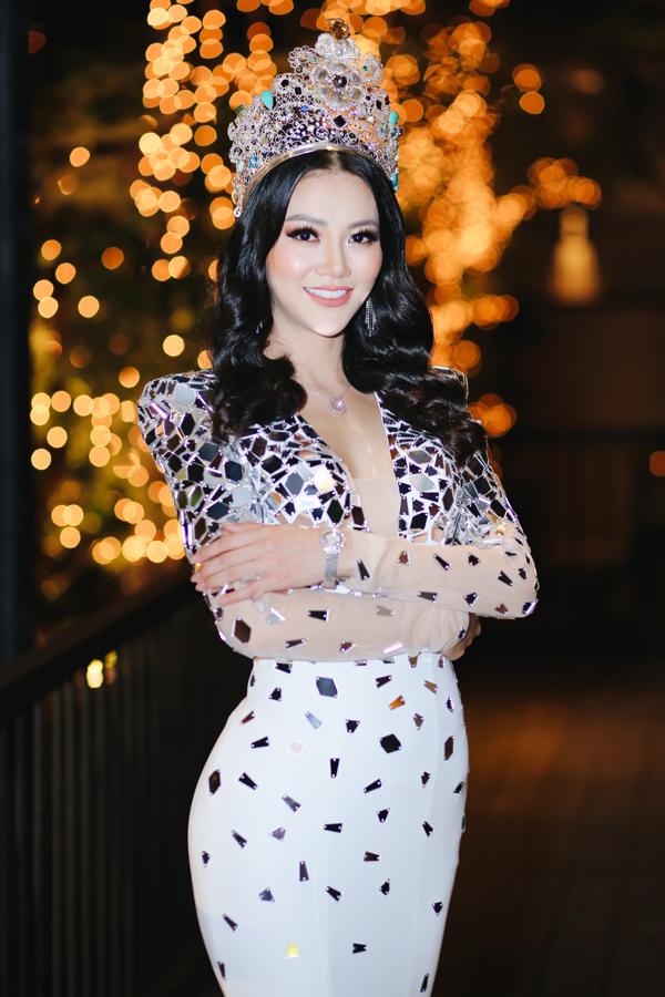 Phương Khánh diện vá dạ hội, đeo trang sức kim cương trị giá 1,5 tỷ đồng xuất hiện trong buổi tiệc cảm ơn tại TP HCM.