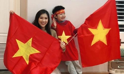 """Con trai Hoa hậu Phí Thùy Linh đòi đi """"bão"""" bất chấp mưa lạnh"""