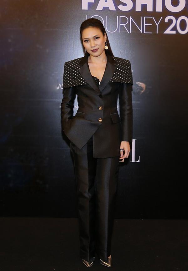 Là một nghệ sĩ ít xuất hiệntại các thảm đỏ thời trang, vì thế ca sĩ Mỹ Tâm khiến khán giả bất ngờ khi góp mặt tại show diễn Thời trang cho tương lai tổ chức vào tối 11/12 tại TP HCM.