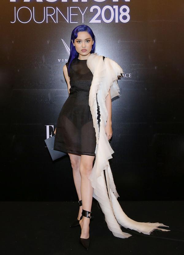 Fung La cá tính với váy xuyên thấu đi kèm khăn choàng tông màu tương phản.