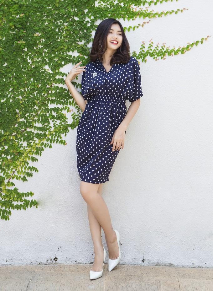 Đầm cổ tim bo eo chấm bi xanh Oci Mode D012 với chất liệu lụa cao cấp, giúp bạn gái tự tin thoải mái khi đi làm và dạo phố. Sản phẩm có giá 454.300 đồng (giá gốc 649.000 đồng).