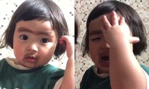 Bé gái òa khóc vì bị mẹ vẽ mặt hề