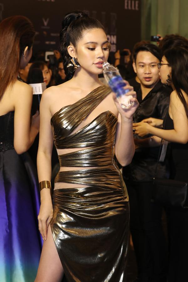 Jolie Nguyễn cập nhật mốt váy ánh kim để biến mình thành quý cô sành điệu với trào lưu thời thượng.