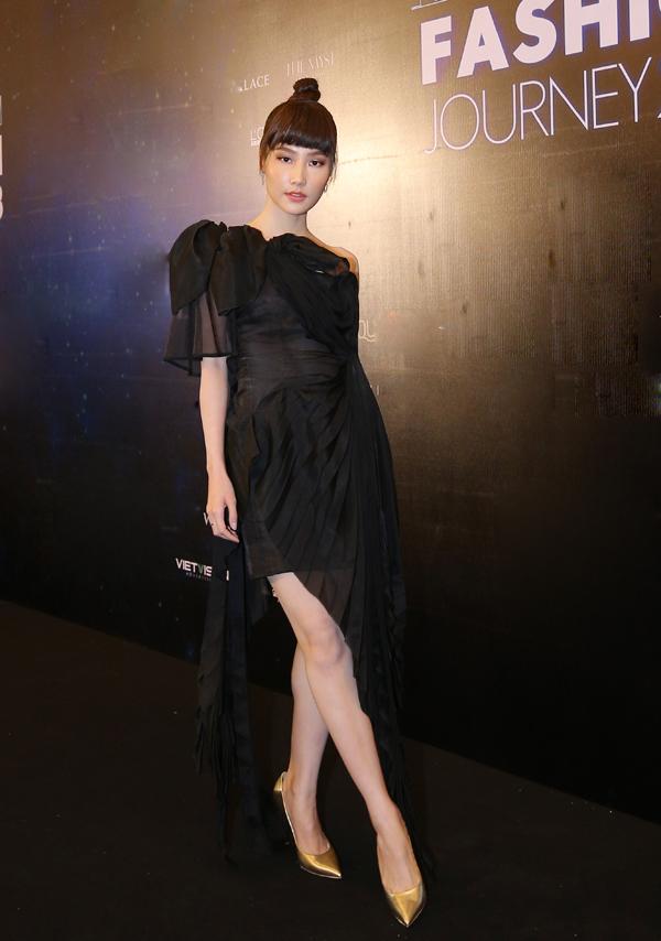 Diễm My 9x chọn váy đen trang trí nhiều layer để hội ngộ dàn người đẹp có mặt tại sự kiện.