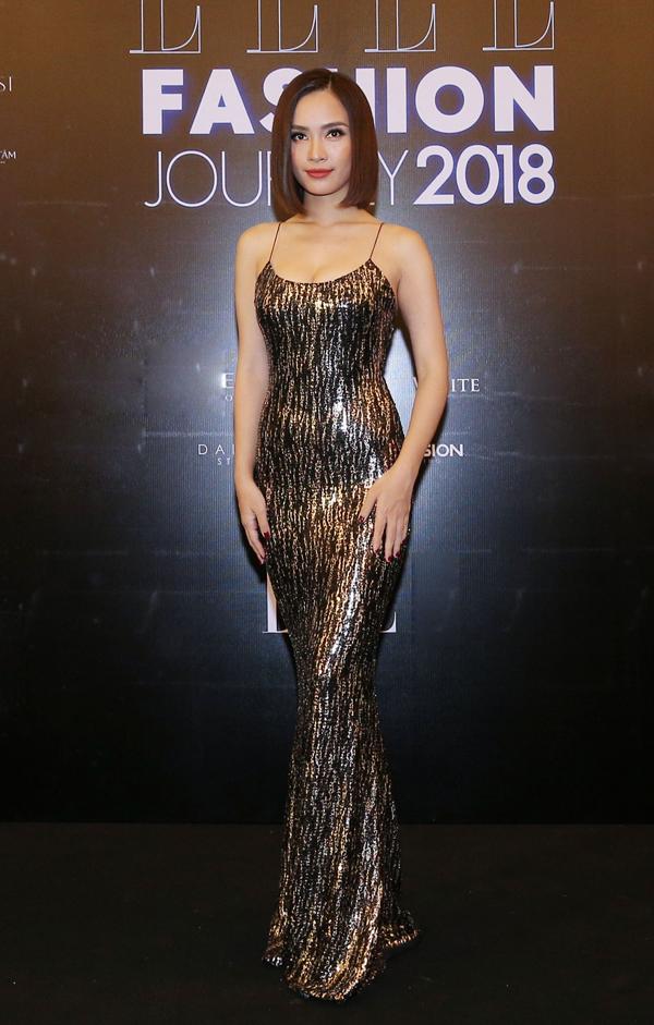 Ca sĩ Ái Phương khoe thân hình gợi cảm trong mẫu váy sequins - xu hướng được sao Việt ưa chuộng mùa lễ hội cuối năm.