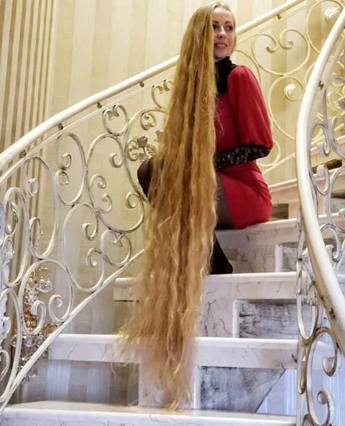 Cô gái người Ukraine chia sẻ khi đến tuổi thiếu niên, tóc cô đã dài đến ngang lưng và ngoài 20 tuổi, nó đã đến ngang eo, sau đó là đến đầu gối và hiện lướt thướt trên sàn nhà. Đó là lúc cô bắt đầu giẫm phải tóc mình, và khi hai đứa con Alena càng lớn và thích chơi đùa mái tóc của mẹ, Alena cảm thấy có đôi chút phiền phức. Vì thế, cô quyết định búi tóc lên và chỉ xõa ra vào cuối tuần hoặc vào những dịp đặc biệt.