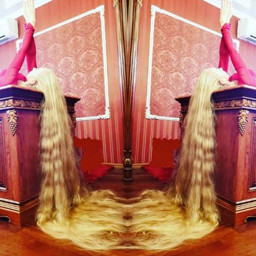 Dù rất mong hai con gái Valeria và Miroslava nối gót mình, Alena cho hay cô sẽ để các con tự quyết định xem có thể dành cả đời mình để chăm sóc những mái tóc dài hay không. Alena cũng chưa cắt tóc cho các con lần nào vì sợ chúng cũng sẽ bắt chước mình. \