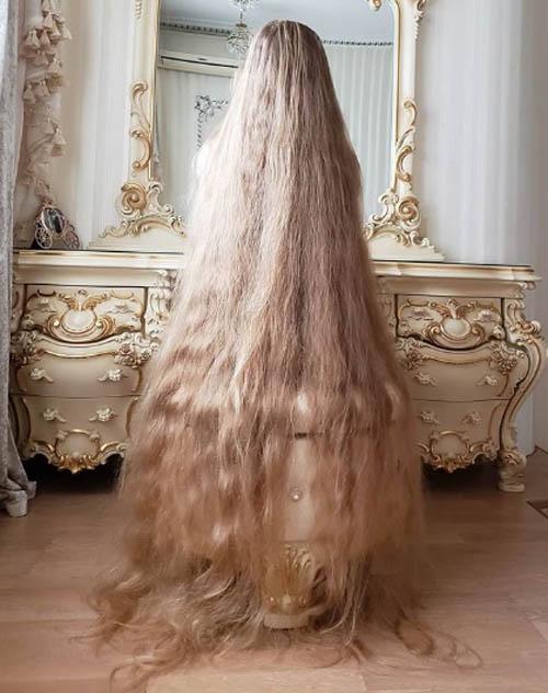 Tuy thích chăm sóc tóc nhưng Alena tiết lộ cứ ba tuần cô mới gội đầu một lần, bởi việc sấy khô tóc mất rất nhiều thời gian.