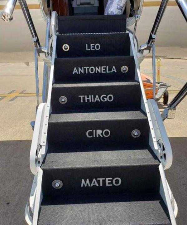 Tên của tiền đạo 30 tuổi cùng cô vợ Antonella, ba con trai là Thiago, Ciro và Mateo, cũng được in trên thảm lót cầu thang lên xuống.