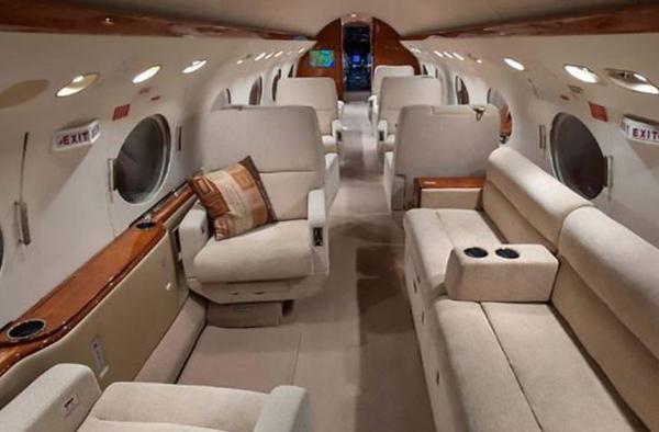 Máy bay có 16 ghế ngồi, khi cần có thể gấp lại thành 8 giường.