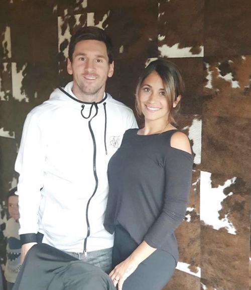 Messi và Antonella là bạn từ ngày nhỏ, gắn bó nhiều năm trước khi tổ chức đám cưới mùa hè năm ngoái.